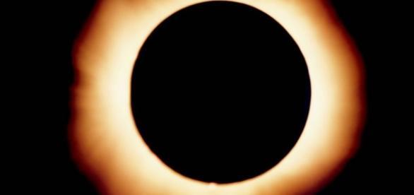 Eclissi solare: Sole, Luna e Terra sono esattamente in linea retta