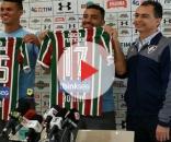 Richard e Robinho exibindo as camisas que usarão no Fluminense ao lado do vice de futebol Fernando Veiga (Foto: Infoglobo)
