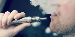Un uomo mentre usa la sigaretta elettronica