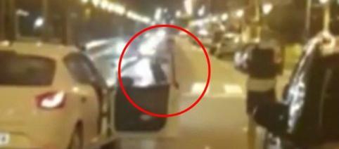Momentul în care jihadistul este împușcat mortal de către un polițist, după atacul din Barcelona - Foto: Daily Mail (© Caters)