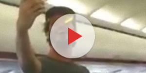 Stefano Di Martino crea il 'caos' sul volo Napoli-Ibiza.