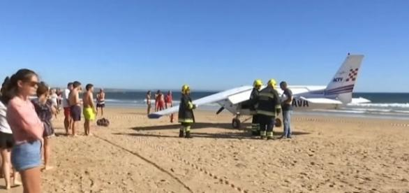Small plane makes an emergency landing on a beach in Portugal [Image: YouTube/ Straits Times]