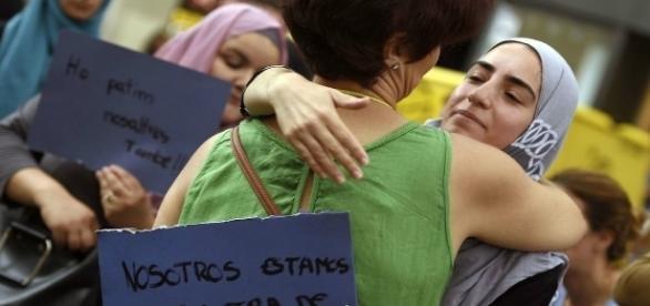 Dos mujeres se abrazan durante una concentración en Barcelona en rechazo al terrorismo y la islamofobia.