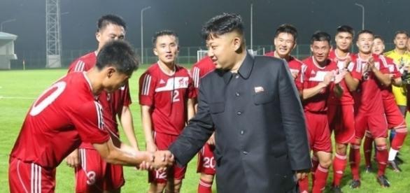 Kim Jong-un incontra i giocatori della Nazionale nordcoreana