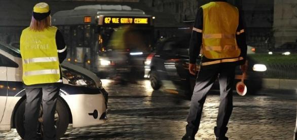 Un agente della polizia locale è stato aggredito a Roma la scorsa notte da un motociclista 'alterato'.