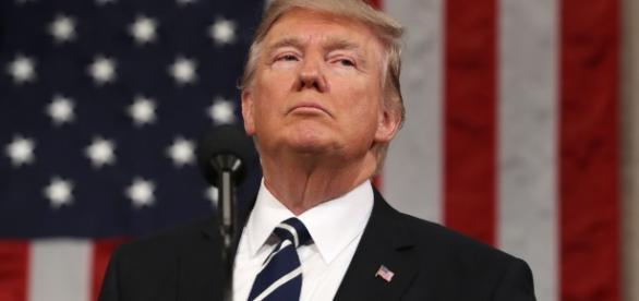 Il presidente americano Donald Trump si concede una vacanza innescando una serie di violente polemiche