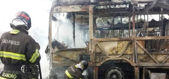 Ônibus ficou totalmente destruído durante protesto em comunidade (Foto: Divulgação/Bombeiros)