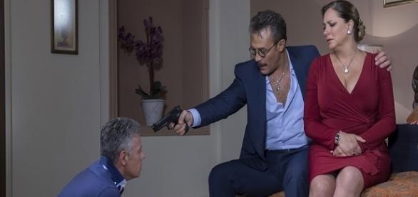 Pedro Medina se vinga de Ezequiel (Foto: Reprodução/Televisa)