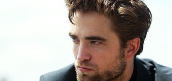 Ospite di un programma tv, l'attore Robert Pattinson ha raccontato di aver rifiutato di girare una scena osé con un cane. Foto: cinefilos.it.