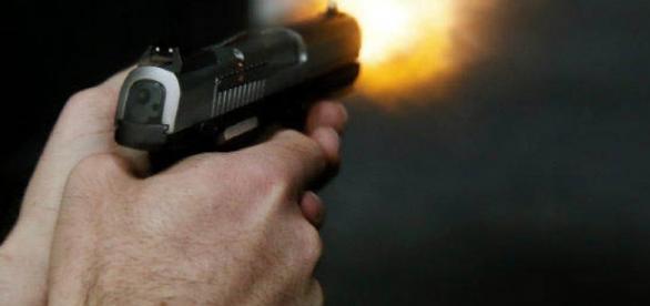 Criminosos efetuaram disparos dentro da ambulância e mataram 2 homens que eram socorridos