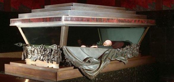 La salma di Vladimir Lenin nel mausoleo sulla Piazza Rossa a Mosca