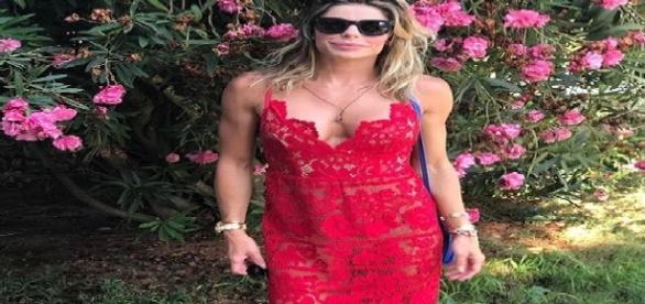 Daniella Cicarelli curte as férias no verão da Grécia