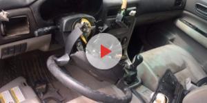 Ao procurar por comida, urso acidentalmente dirigiu carro nos EUA e destruiu seu interior (Foto: Reprodução)