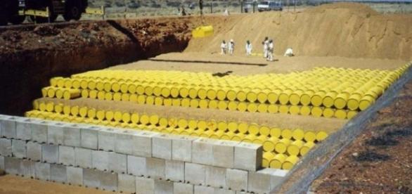 Operazioni di stoccaggio di barili contenenti materiali radioattivi.