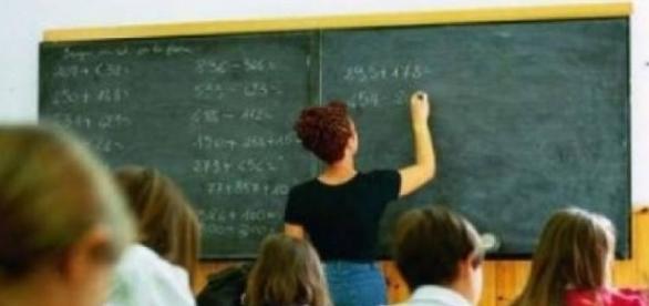 Un'insegnante è stata sospesa perché aveva rapporti intimi con un'alunna