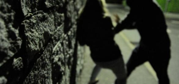 Ragazza finlandese minacciata, picchiata, colpita con una pietra e violentata in pieno centro nella notte romana.