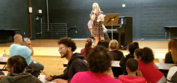 Kristen Bell sings one of her songs from Disney's 'Frozen' at Meadow Woods Middle School, Orlando. / from 'YouTube' screen grab