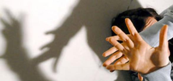 Un minorenne ha ucciso la giovane compagna, poi l'ha buttata in un fosso ricoprendola di sassi per nasconderla