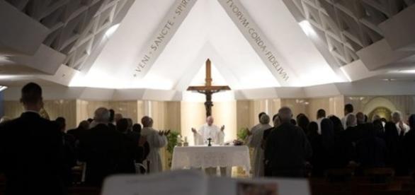 Papa contempla Nossa Senhora das Dores aos pés da cruz
