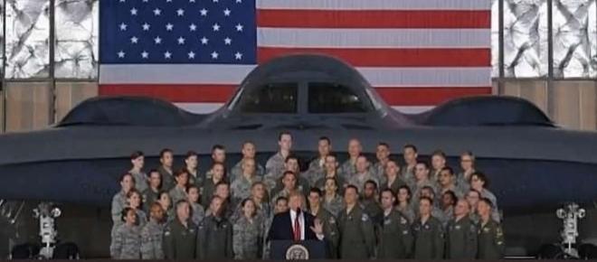 VIDEO: Trump îl amenință pe Kim Jong-un în fața unui bombardier nuclear american