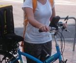 Con bici propia y caja alquilada, así sortean las calles