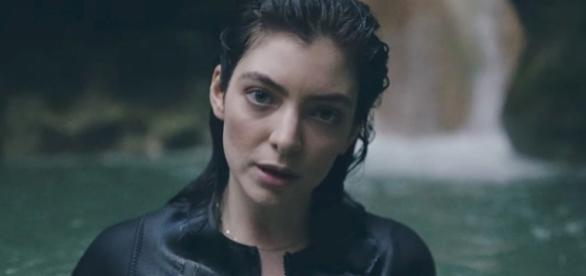 Lorde is a popular musician. (image source: YouTube/LordeVEVO)