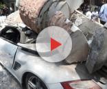 Na foto, um Porsche, considerado um carro de luxo, totalmente destruído após a queda de uma coluna de concreto.