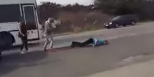 VIDEO: Şofer lăsat lat, în mijlocul străzii, după o şicanare în trafic
