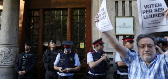 Con carteles y gritos, manifestantes pro referéndum bloqueaban salidas en sedes de la Generalitat mostrando su molestia por las detenciones.