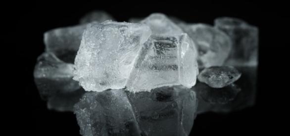 La reacción química del hielo y la sal provoca quemaduras graves en la piel.