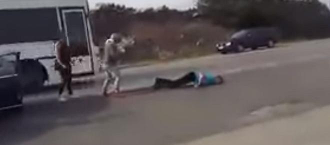 VIDEO ŞOCANT: Şofer lăsat lat, în mijlocul străzii, după o şicanare în trafic