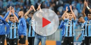 Time do Grêmio agradecendo presença da torcida (Foto: Lucas Uebel)