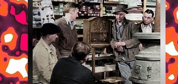 Lindbergh przemawia przez radio. Ci, co nie mieli radia chętnie korzystali wtedy z aparatów w sklepach i garkuchniach. (YouTube screenshot)