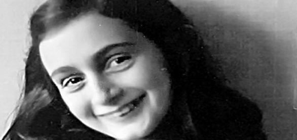 Nella foto, la giovane scrittrice Anne Frank