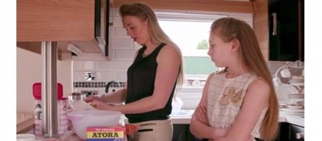 Mãe tira filha de 10 anos da escola para ensiná-la a ser dona de casa perfeita