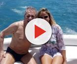 De sunga, Carlos Alberto de Nóbrega curte férias com a namorada