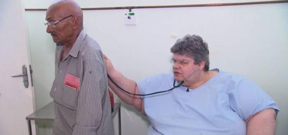 Médico é tão obeso que não consegue ficar em pé ao examinar pacientes