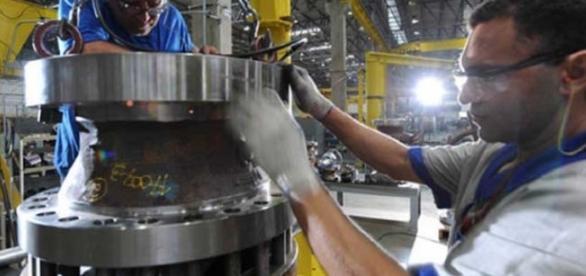 Nível de utilização da capacidade diminui nos setores de indústria e serviços