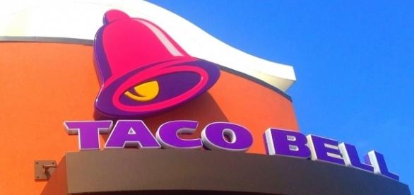 Taco Bell logo and facade, Image Credit: Mike Mozart / Flickr
