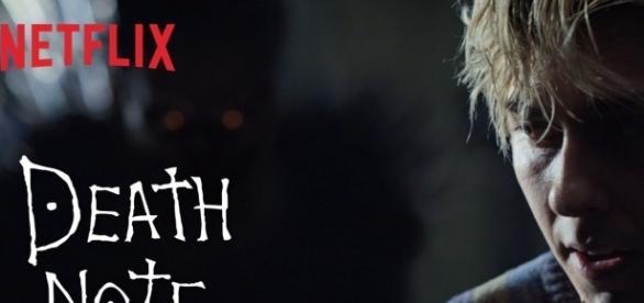 L'affiche du film de Netflix, présentant au premier plan le personnage de Light Turner et, en arrière-plan, l'ombre du shinigami Ryuk
