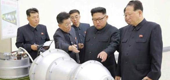 Il leader nord coreano mentre ispezione la prima bomba all'idrogeno del suo regime