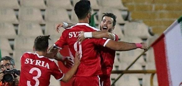 La gioia incontenibile dei giocatori siriani dopo il gol di al-Soma al 93'