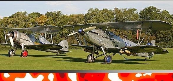 Dwupłatowe myśliwce brytyjskie typów; Gloster Meteor, Hawker Hind (fot. CCB-Y 3.0)