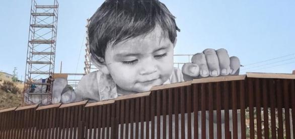 L'opera dell'artista JR alla frontiera tra Messico e Usa