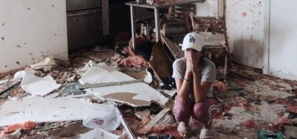 Lorrayne Mavromatis em seu apartamento totalmente devastado pelo furacão Irma