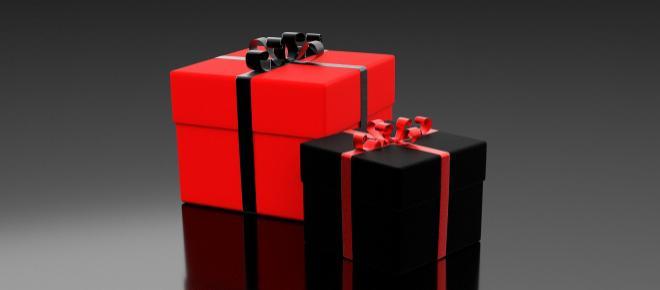 Boom di regali a luci rosse sotto l'albero