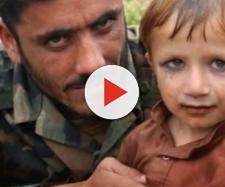 Un bambino afghano truccato da donna