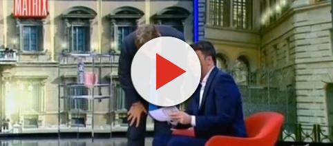 Renzi mostra il suo conto corrente in diretta