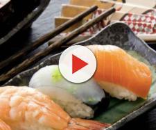 Mangia sushi e salmone tutti i giorni: ecco cosi gli trovano nell'intestino del malcapitato