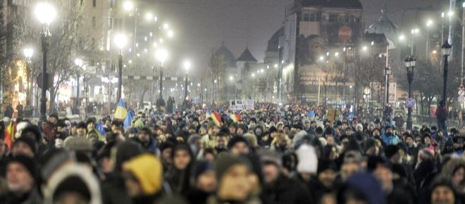 Circa 50.000 de oameni protesteaza în fața Palatului Parlamentului